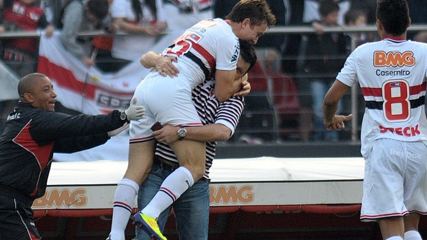 Dagoberto comemorando o gol com o Adilson Batista Sao Paulo x Atletico-MG (Foto: Dorival Rosa/Agência Estado)