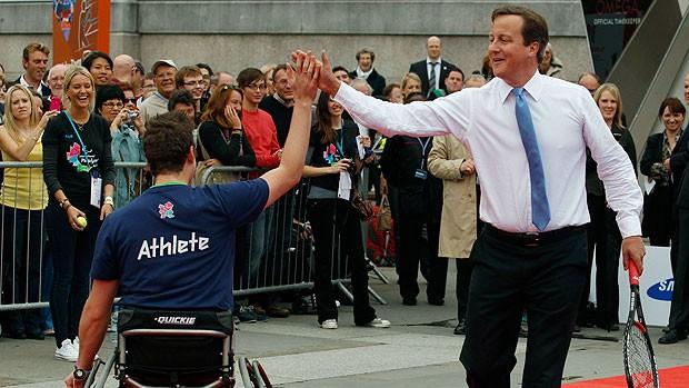 David Cameron com atleta durante o dia paraolímpico em Londres  (Foto: Reuters)