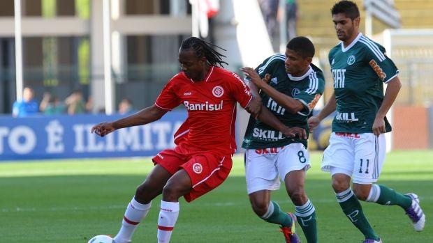 Andrezinho, do Internacional, disputa a bola com Márcio Araújo e Luan, do Palmeiras (Foto: Idário Café/VIPCOMM)