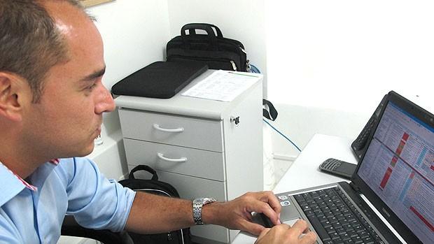 Marcelo Teixeira do Fluminense com a ficha de Lanzini (Foto: Edgard Maciel de Sá / GLOBOESPORTE.COM)