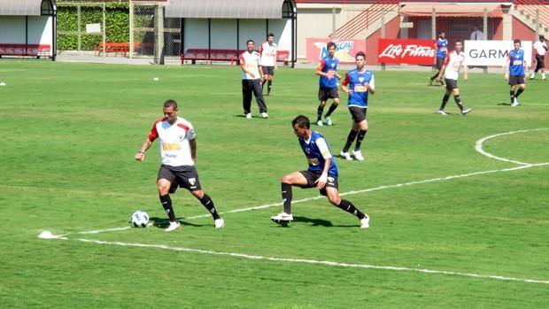 Luis Fabiano treina com bola no São Paulo (Foto: Marcelo Prado / GLOBOESPORTE.COM)