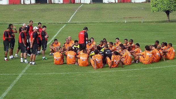 vagner benazzi se reune com jogadores do vitoria antes do treino na toca do leao (Foto: Eric Luis Carvalho/Globoesporte.com)