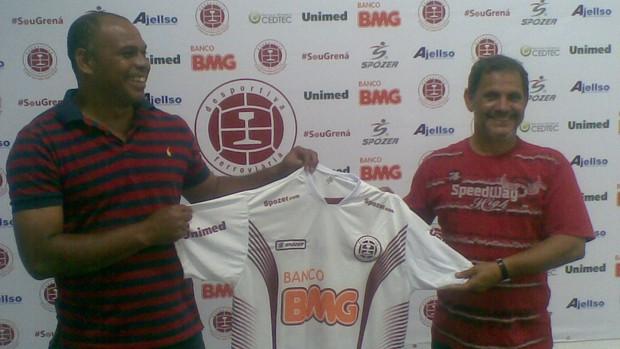 Mauro Soares recebe a camisa da Desportiva do presidente Robson Santana (Foto: Igor Gonçalves/Globoesporte.com)