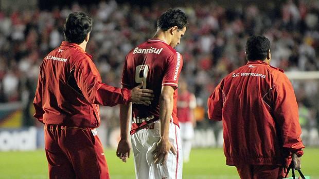 leandro damião machucado figueirense x internacional (Foto: Agência Estado)