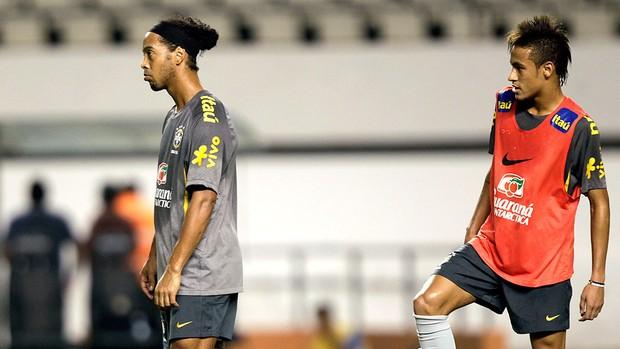 Ronaldinho e Neymar no treino da Seleção em Belém (Foto: AP)