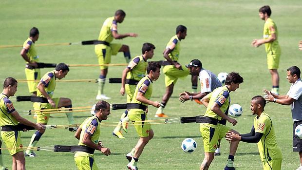 jogadores no treino do Vasco (Foto: Alexandre Cassiano / Agência O Globo)