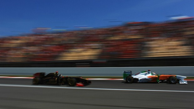 Com a Force India, Adrian Sutil supera carro da Renault-Lotus no GP da Espanha (Foto: Getty Images)