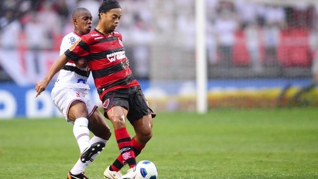Wellington disputa lance com Ronaldinho Gaúcho (Foto: Marcos Ribolli / GLOBOESPORTE.COM)