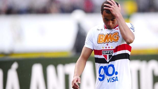 Lucas lamenta expulsão contra o Flamengo (Foto: Marcos Ribolli / GLOBOESPORTE.COM)