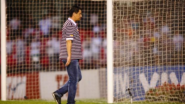 Adilson Batista deixa o gramado do Morumbi após a derrota para o Flamengo (Foto: Marcos Ribolli / GLOBOESPORTE.COM)