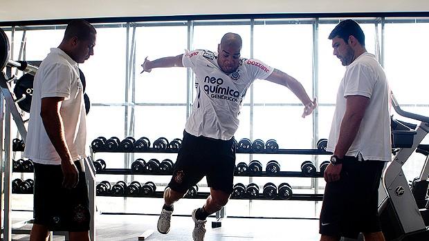 Adriano exercícios Corinthians (Foto: Ag. Estado)