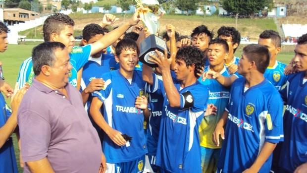 Diretor técnico do Nacional, Ivan Guimarães, entregando taça aos campeões   (Foto: Adeilson Albuquerque)