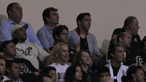 Andrés Sanches e Chicão assistem ao jogo Corinthians x Atlético-GO (Foto: Miguel Schincariol / globoesporte.com)