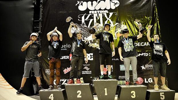 O pódio com os vencedores da etapa final do BMX Street, no Pro Rad, maior evento de esportes radicais do país (Foto: Pablo Vaz)