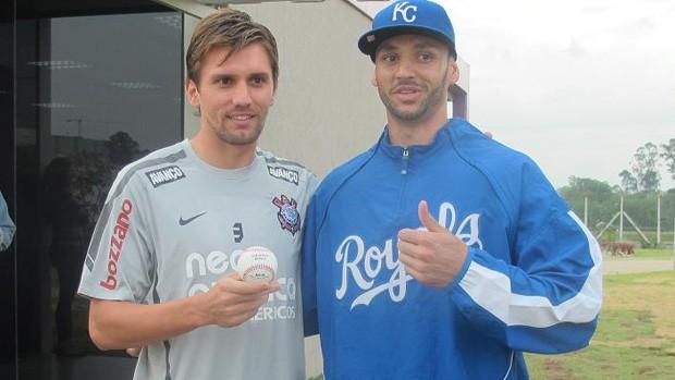 Paulo André e jogador de beisebol (Foto: Wagner Eufrosino/Globoesporte.com)