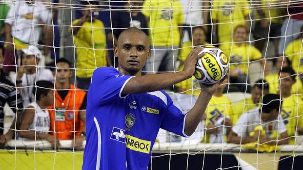Lukaian, da seleção brasileira de futsal, posa de goleiro (Foto: Zerosa Filho/CBFS)