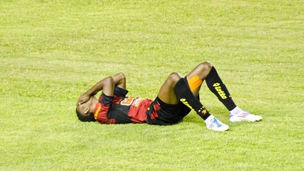 Moacir machucado (Foto: Divulgação/Sport)