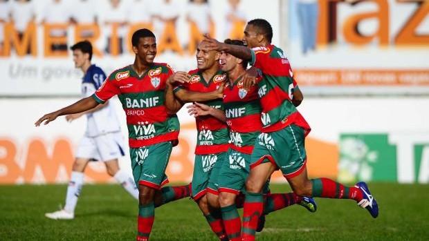 Jogadores da Portuguesa comemoram gol (Foto: Marcos Ribolli / Globoesporte.com)