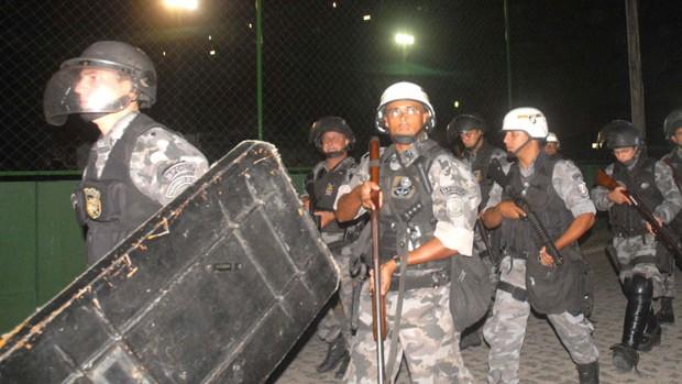Batalhão de Choque foi acionado para conter o tumulto na Ilha (Foto: Aldo Carneiro/GLOBOESPORTE.COM)