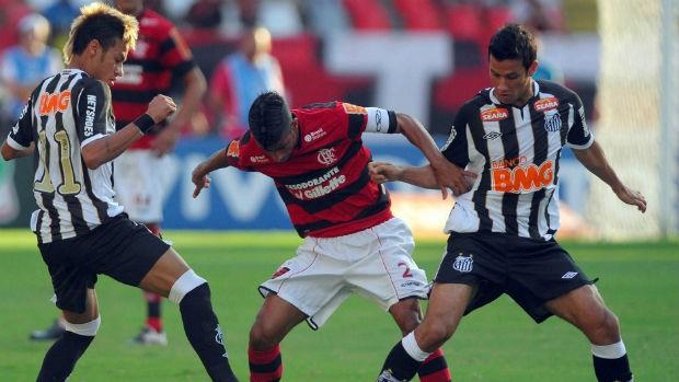 Neymar, Léo Moura e Henrique em disputa de bola (Foto: Alexandre Loureiro/VIPCOMM)