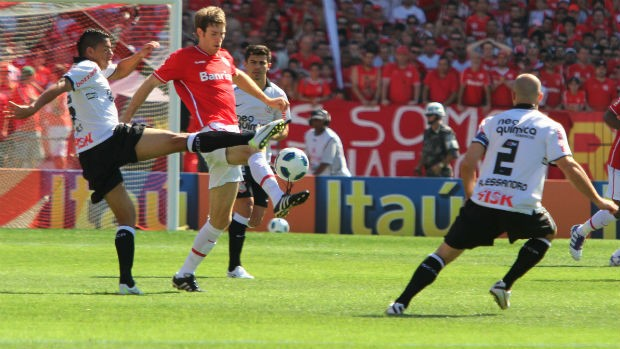 Ralf, do Corinthians, disputa bola com Bolatti, do Inter, observados por Alessandro (Foto: Marcos Nagelstein/VIPCOMM)