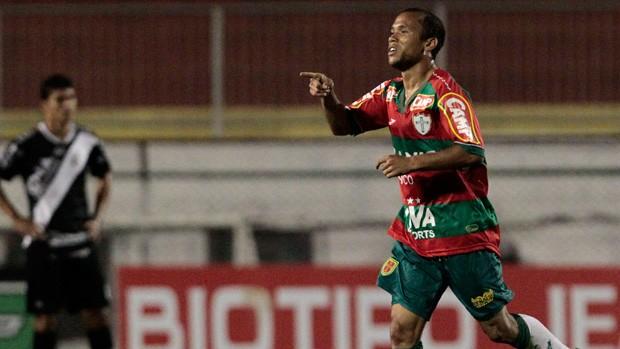 Ananias comemora gol da Portuguesa sobre a Ponte Preta (Foto: Miguel Schincariol/Agência Estado)