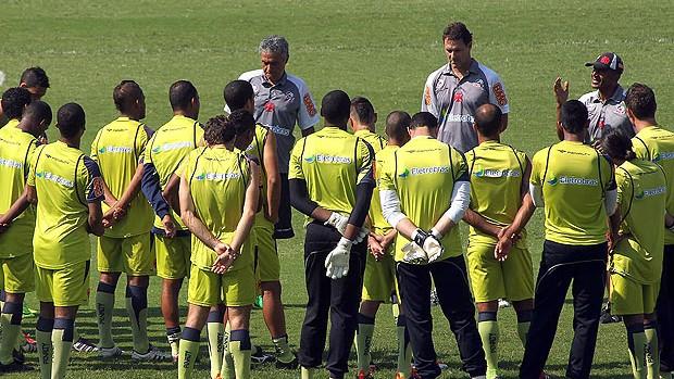 Cristovão no treino do Vasco com os jogadores (Foto: Maurício Val / Fotocom.net)