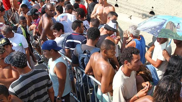 Fila ingressos vasco são Januário (Foto: Ivo Gonzalez / O Globo)