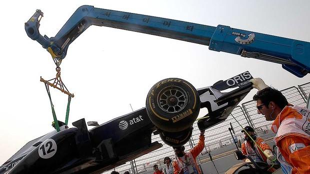 carro de Pastor Maldonado rebocado no treino do GP da India (Foto: AP)