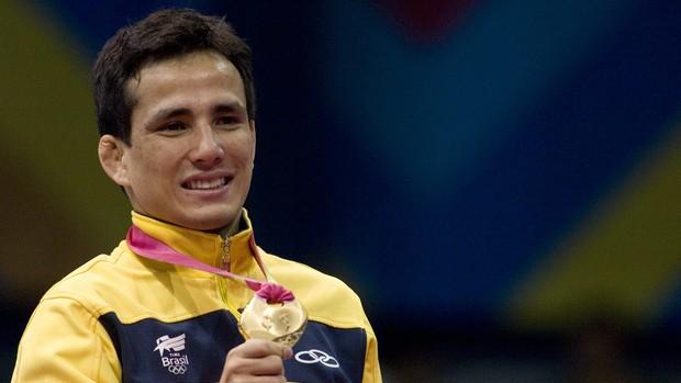 Felipe Kitadai com a medalha de ouro (Foto: EFE)