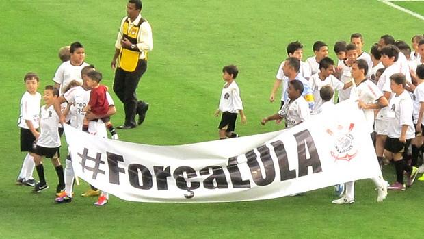 time do Corinthians com faixa de apoio a Lula (Foto: Carlos Augusto Ferrari / GLOBOESPORTE.COM)