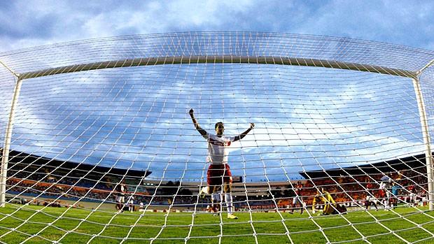 Leandro Damião comemora gol do Internacional contra o Atlético-GO (Foto: Ueslei Marcelino / Reuters)