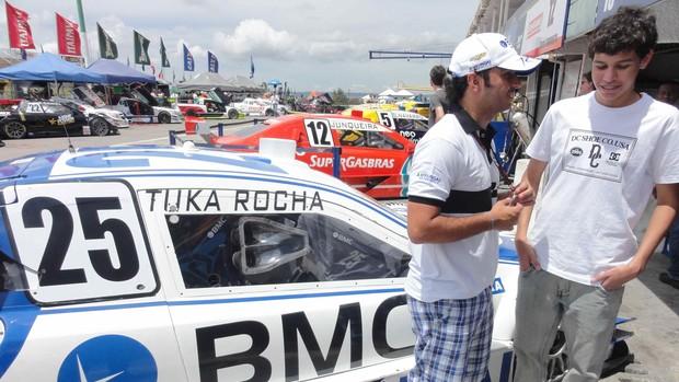Tuka Rocha e o piloto virtual Matheus Nunes nos boxes da Stock Car (Foto: Rodrigo França/ RF1)