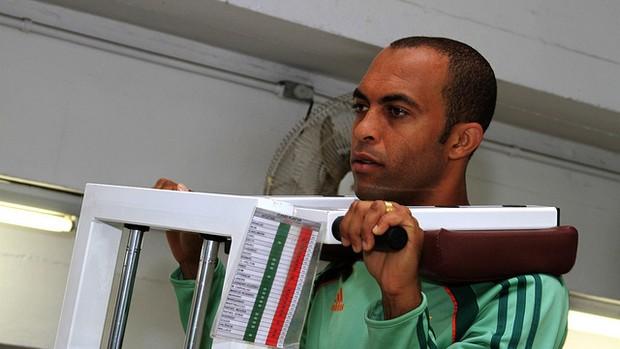 Leandro Euzébio faz exercícios na academia do Fluminense (Foto: Nelson Perez/FluminenseF.C.)