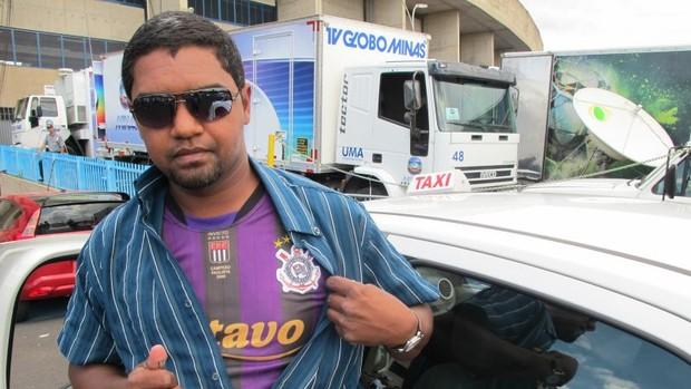 Taxista Roberto Ferreira Silva usava camisa do Corinthians ao levar o trio de arbitragem ao jogo América-MG x Timão, em Uberlândia (Foto: Leandro Canônico / globoesporte.com)