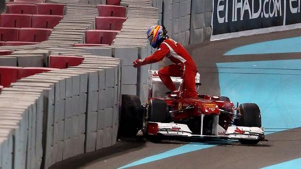 Fernando Alonso acidente treino livre GP de Abu Dhabi Ferrari (Foto: AFP)