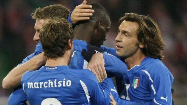 Balotelli comemora gol da Itália contra a Polônia (Foto: Reuters)