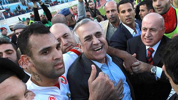 Michel Sleiman, presidente do Líbano comemorando a vitória com os jogadores (Foto: AFP)