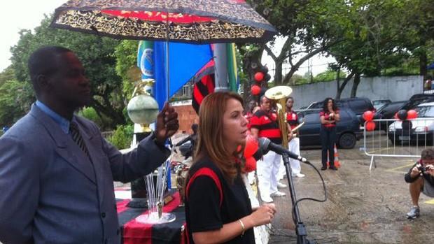 Patricia Amorim flamengo discursa protegida por um guarda-chuva (Foto: Alexandre Vidal / Fla Imagem)