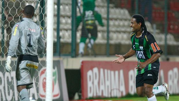 Kempes comemora gol do América-MG sobre o Botafogo (Foto: Alisson Gontijo/Agência Estado)