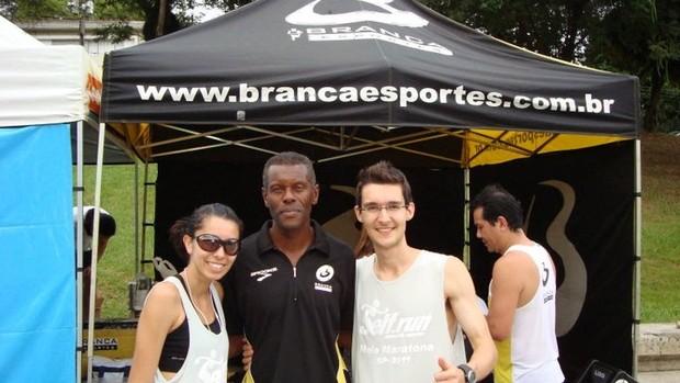 Branca e Dario na tenda montada na Maratona São Paulo neste ano (Foto: Arquivo pesoal)