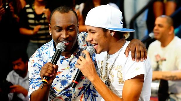 Neymar e Thiaguinho na gravação do Altas Horas (Foto: Marcos Ribolli/Globoesporte.com)