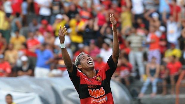 Marcelinho Paraíba comemora o primeiro gol do Sport contra o Paraná (Foto: Antônio Carneiro)