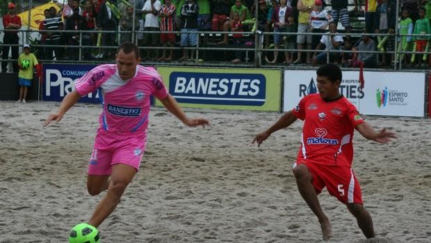 Buru (de rosa) e Datinha (de vermelho), na final da I Copa dos Campeões de futebol de areia (Foto: Divulgação / Pauta Livre)