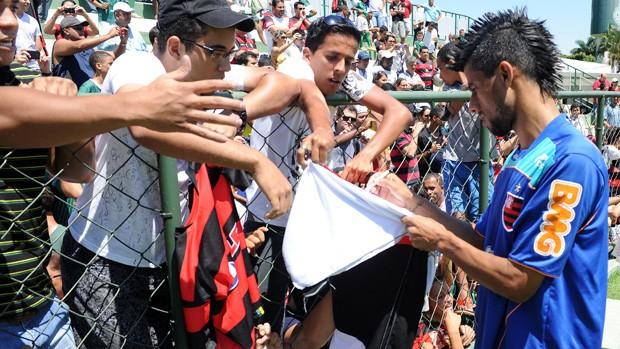 Leo Moura com a torcida no treino do Flamengo em Goiania (Foto: Alexandre Vidal/Fla Imagem)