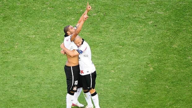 Adriano e Alessandro comemoram gol do Corinthians (Foto: Marcos Ribolli / globoesporte.com)