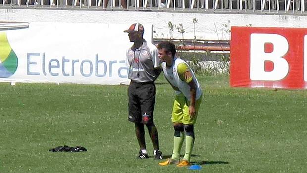 Bernardo conversa com Cristóvão Borges no treino do Vasco (Foto: Rafael Cavalieri / GLOBOESPORTE.COM)