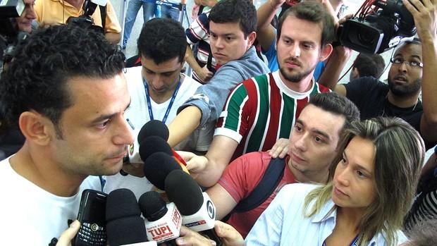 Fred no desembarque do Fluminense (Foto: Edgard Maciel de Sá / GLOBOESPORTE.COM)