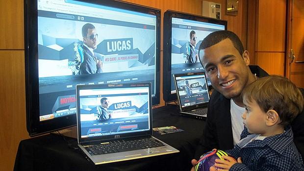Lucas com o sobrinho no lançamento do seu site oficial (Foto: Marcelo Prado / Globoesporte.com)