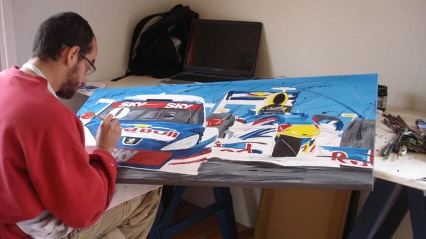O artista da velocidade Roberto Muccillo pinta um a Fórmula 1 e a Stock Car em um de seus quadros (Foto: Acervo pessoal)